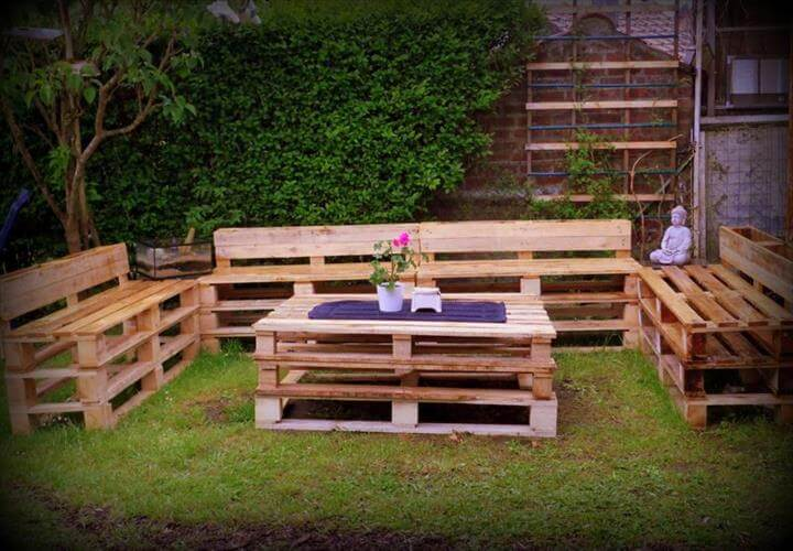 Diy pallet patio furniture pallet deck for Garden sit out designs