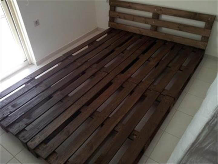 Diy easy to install pallet platform bed 101 pallet ideas for Simple diy platform bed
