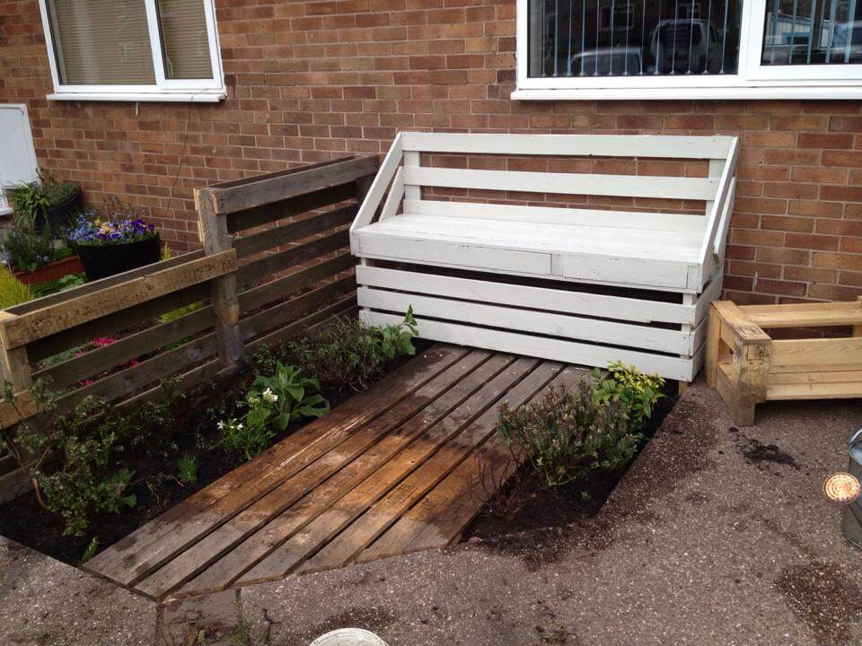 White painted pallet garden bench 101 pallet ideas for Painted outdoor benches