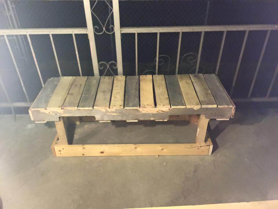 Diy rustic pallet bench for Building a bench from pallets