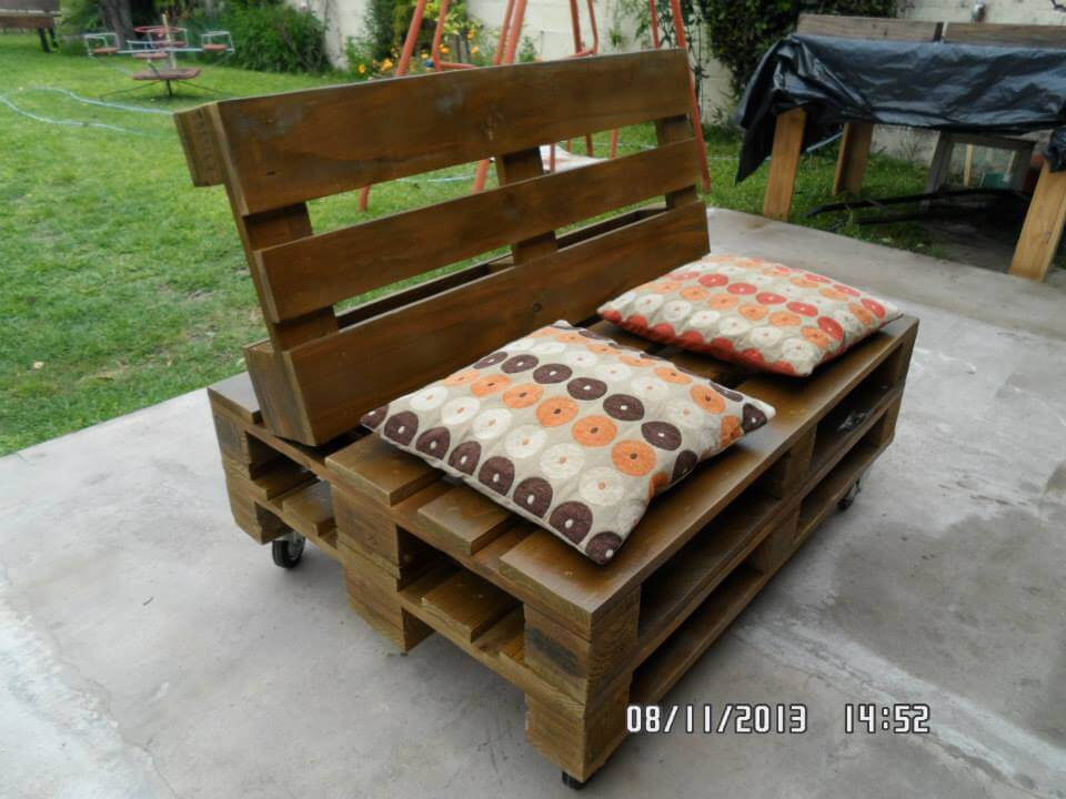 Creative Pallet Lounger; Cushioned Pallet Sofa Seat On Wheels