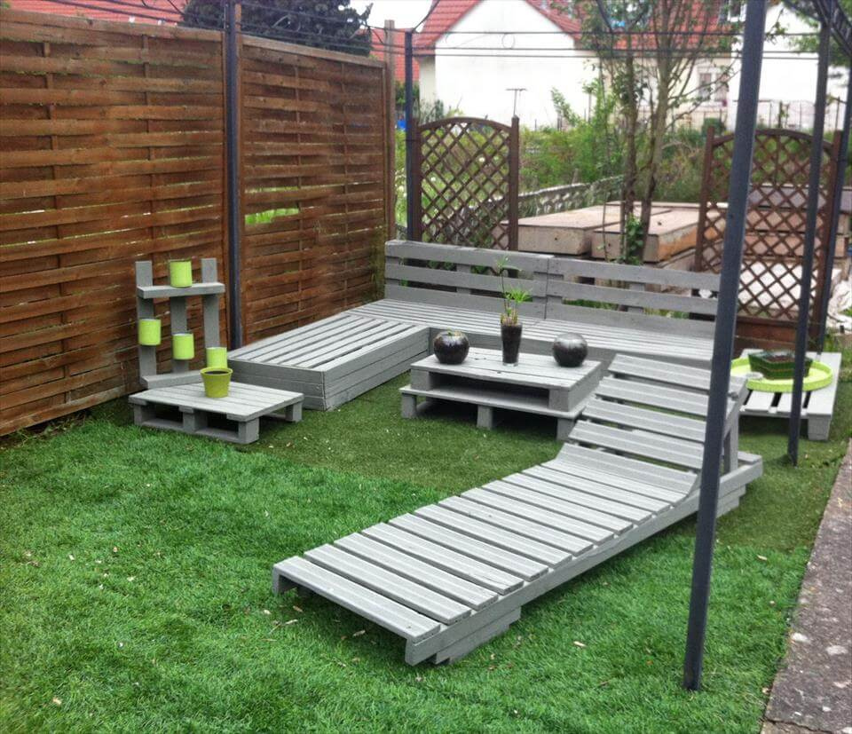 Diy grey painted pallet terrace furniture for Outdoor garden furniture