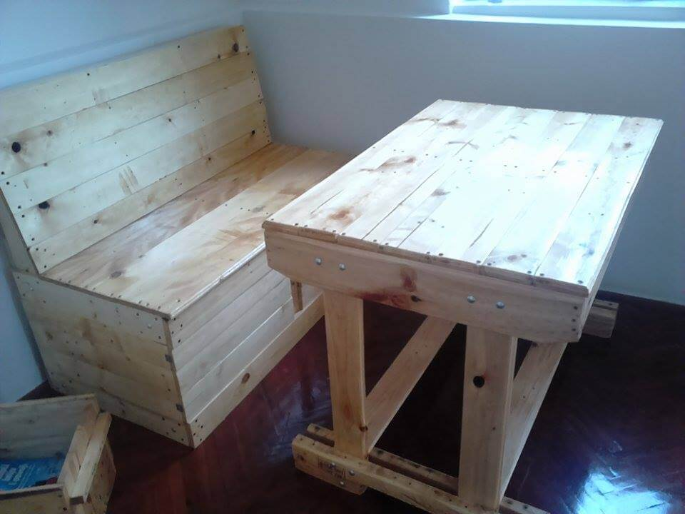 Diy rustic furniture out of pallets for Pallet furniture projects