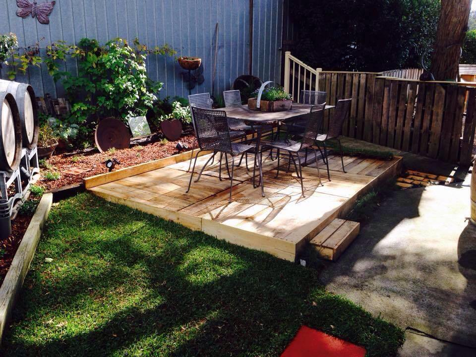 White pallet outdoor loungers with table 101 pallet ideas for Images of garden decking