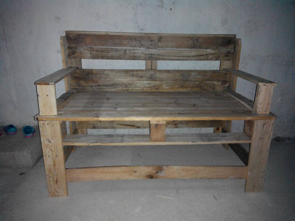 Wooden pallet bench diy for Building a bench from pallets