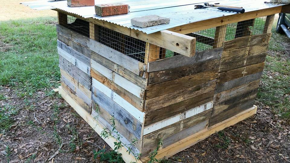 Reclaimed pallet chicken coop for How to build a chicken coop from wooden pallets