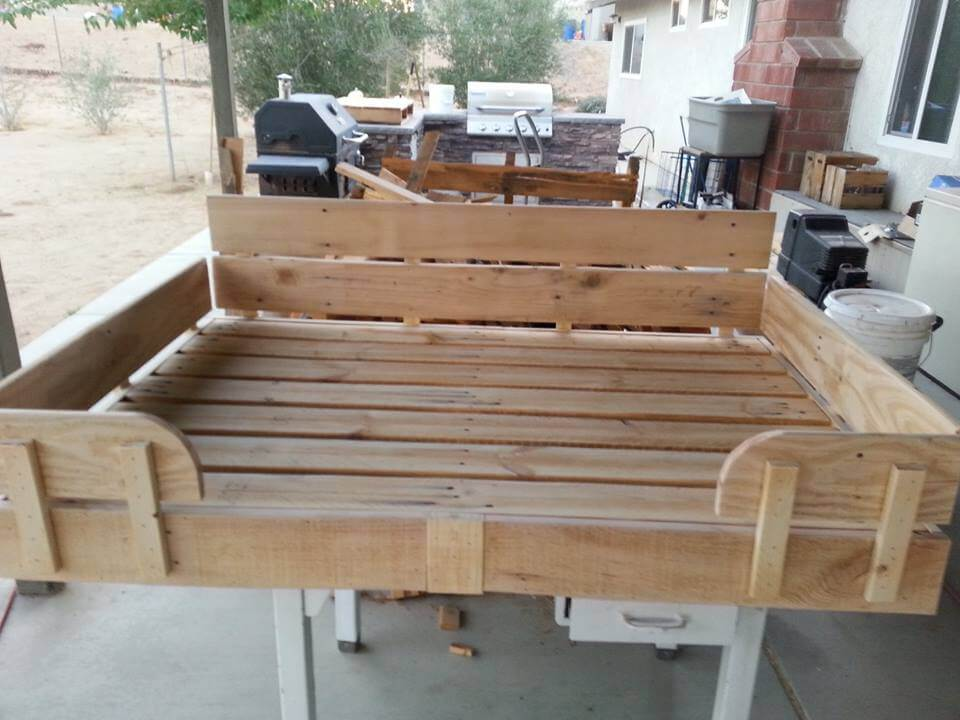 Pallet dog bed tutorial 101 pallet ideas for Beds made out of pallets