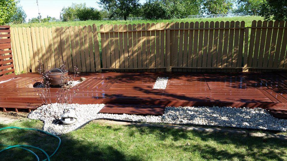 Pallet deck and outdoor garden floor for Garden decking from pallets