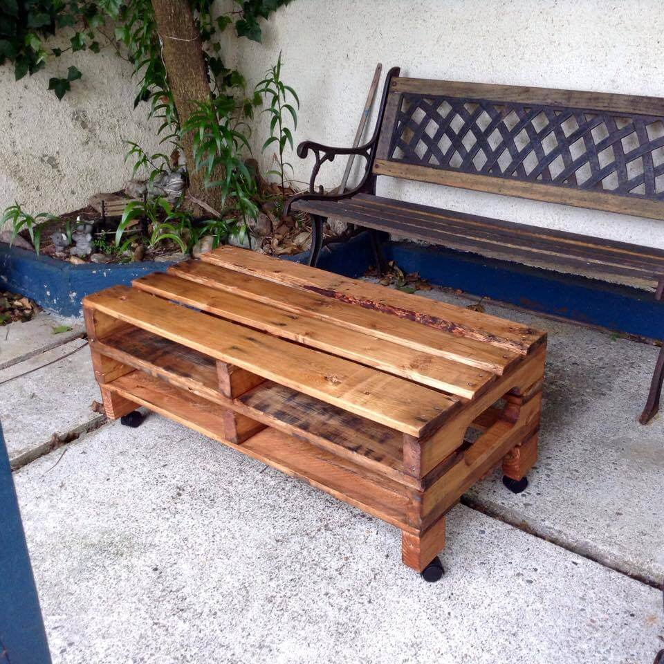 Simple pallet coffee table on wheels - Table palette de bois ...