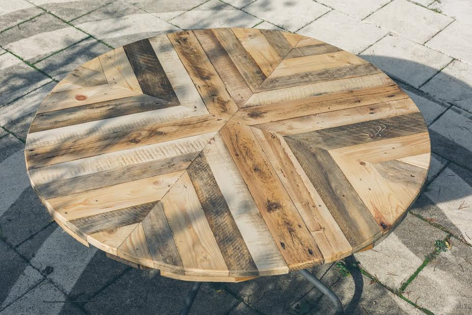 Round top table made of pallets diy for Wood table top designs