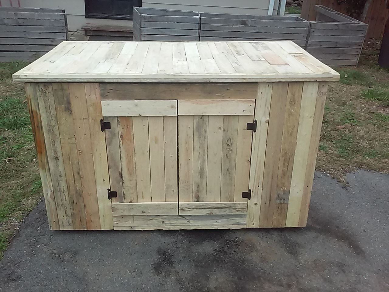 Wooden pallet kitchen island with cabinets 101 pallet ideas for Wood hutch plans