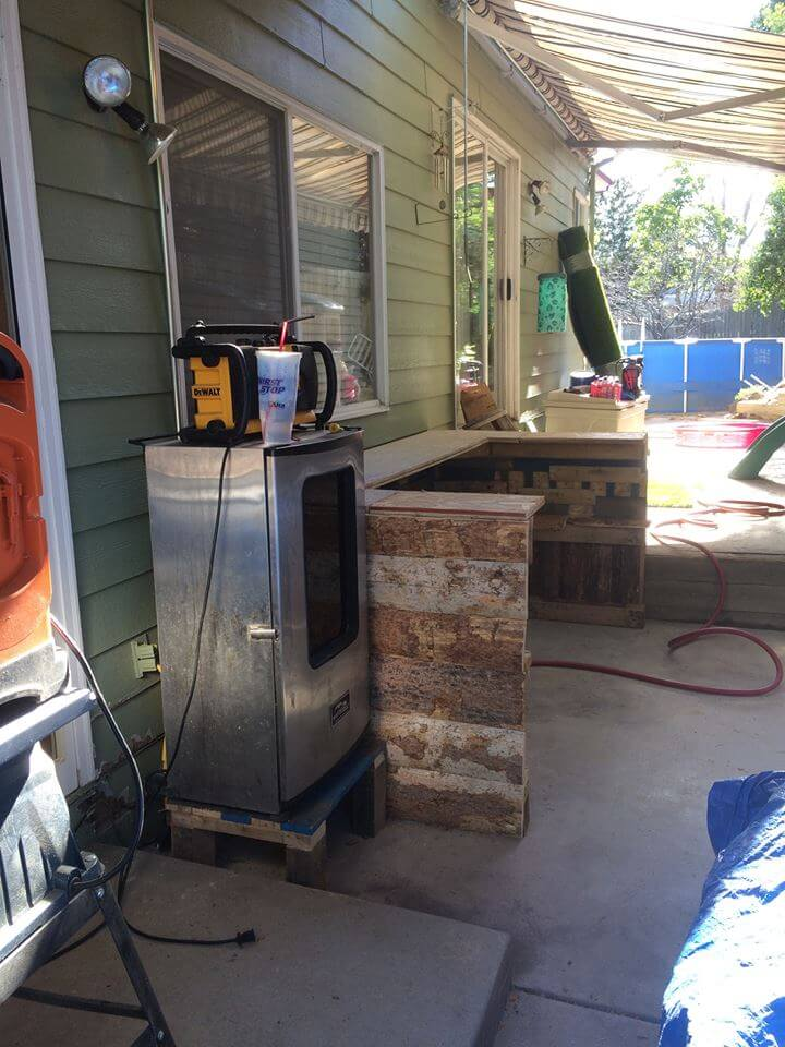 low-cost wooden pallet outdoor kitchen counter