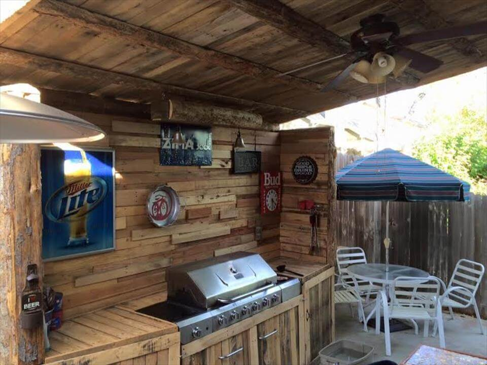 Upcycled pallet outdoor kitchen for Outdoor kitchen wall ideas