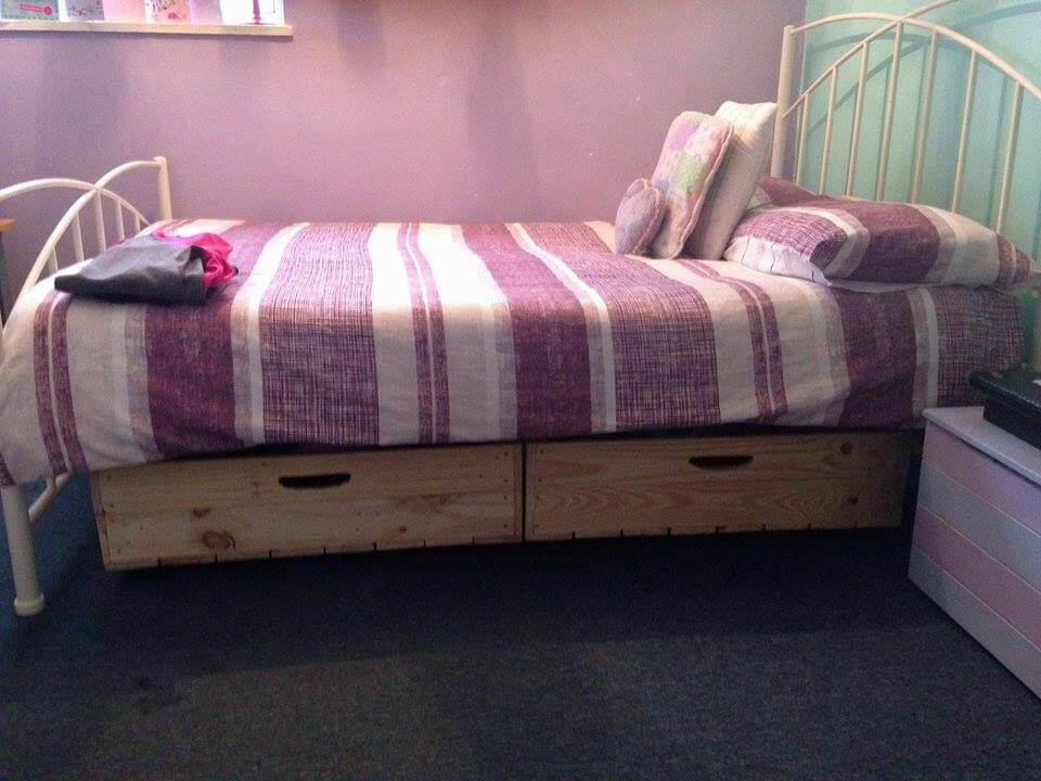 Diy pallet under bed drawers with wheels for Pallet bed frame instructions