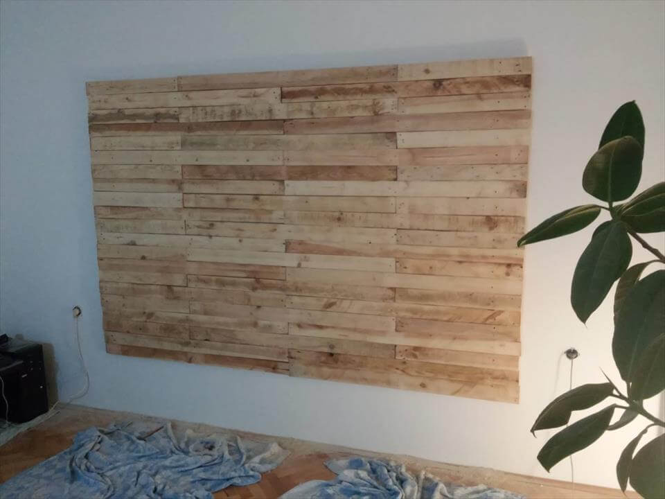 low-cost wooden pallet wall