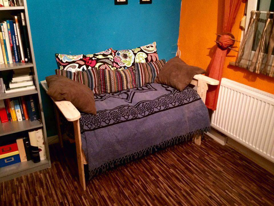 wooden pallet cushioned seat