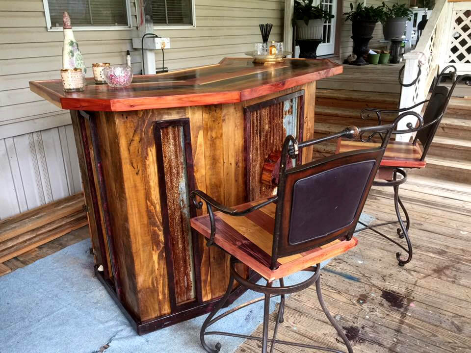 Diy pallet wood bar with chairs for Diy wood bar