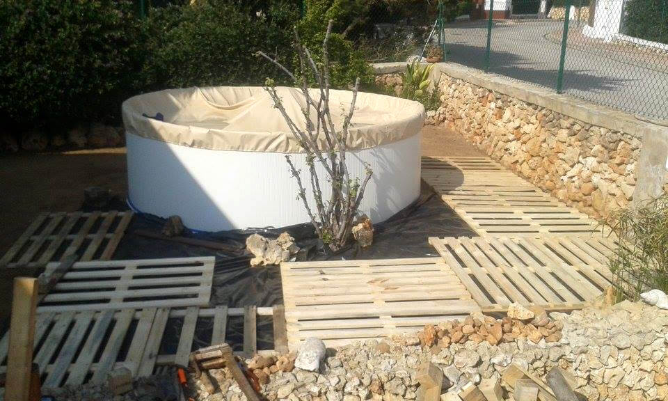 Pallet swimming pool pool deck 101 pallet ideas for Make a swimming pool out of pallets
