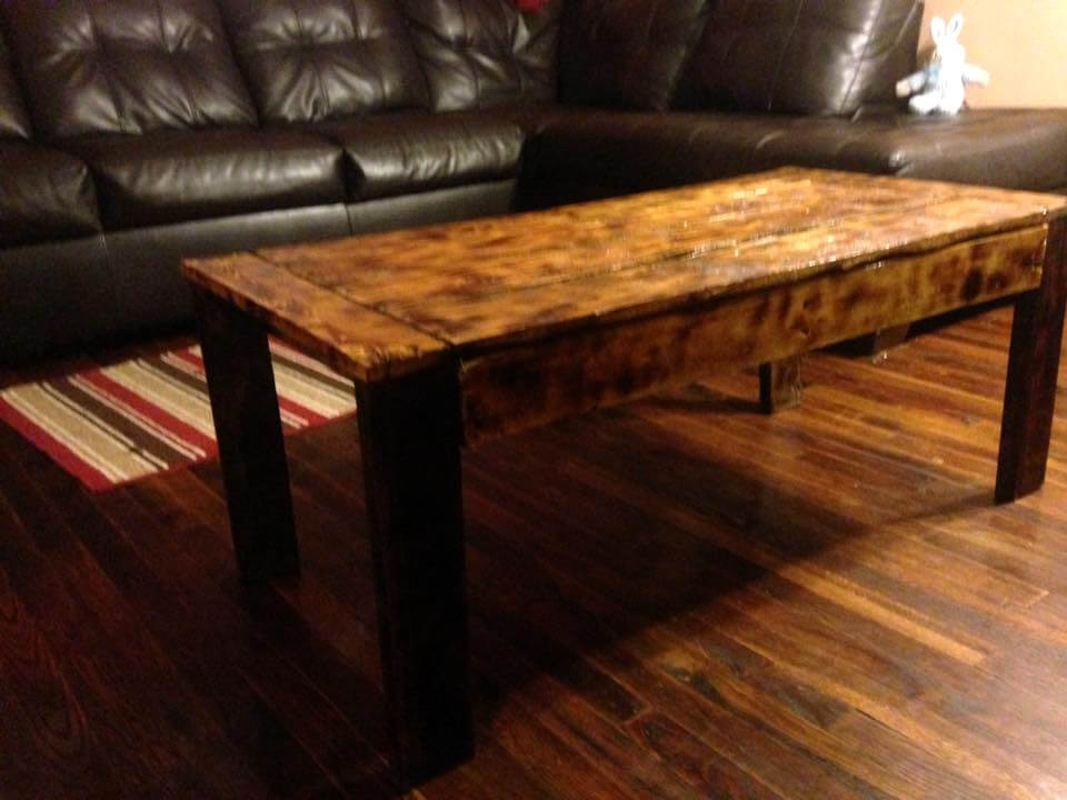 Salvaged pallet coffee table in vintage 101 pallet ideas for Reclaimed wood coffee table diy