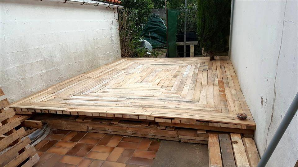 Build a deck with pallets 101 pallet ideas for Pallet patio floor