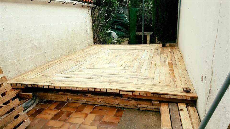 Build a low cost wood pallet deck for How to make a pallet deck