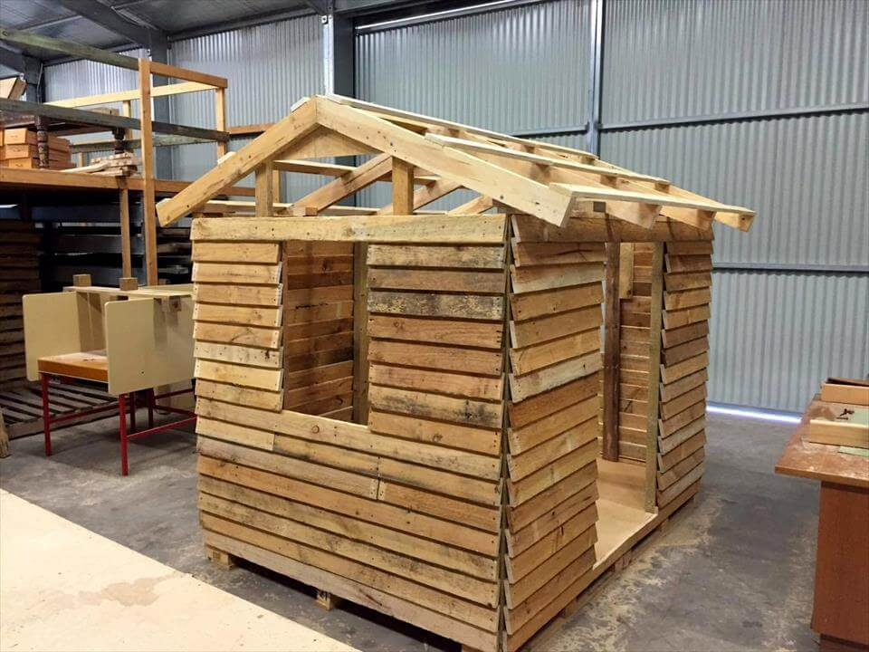 installing the chevron roof of pallet playhouse