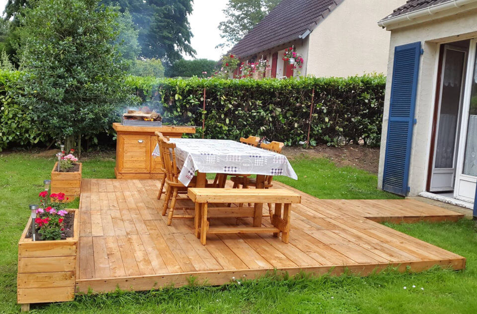 BBQ Feasting Deck Made of Pallets - DIY