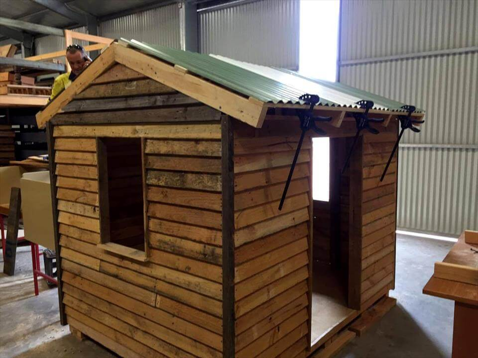 make the pallet playhouse roof waterproof