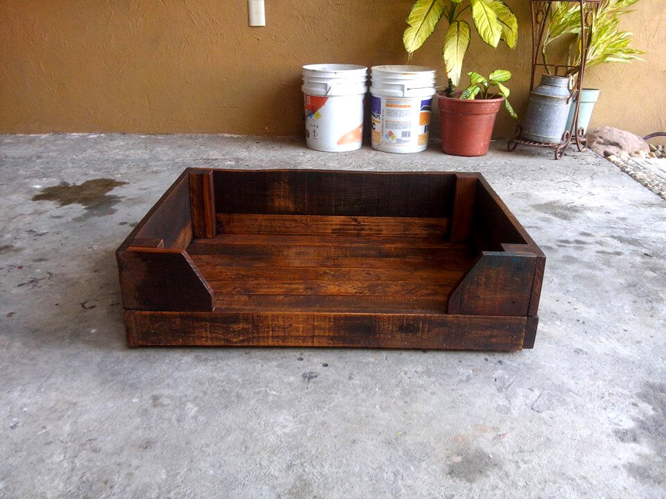 no-cost rustic wooden pallet dog bed