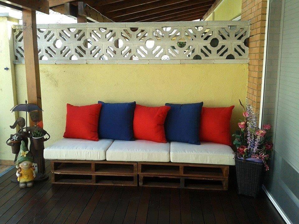 rústico apilado de palets porche 2 plazas con colchón blanco