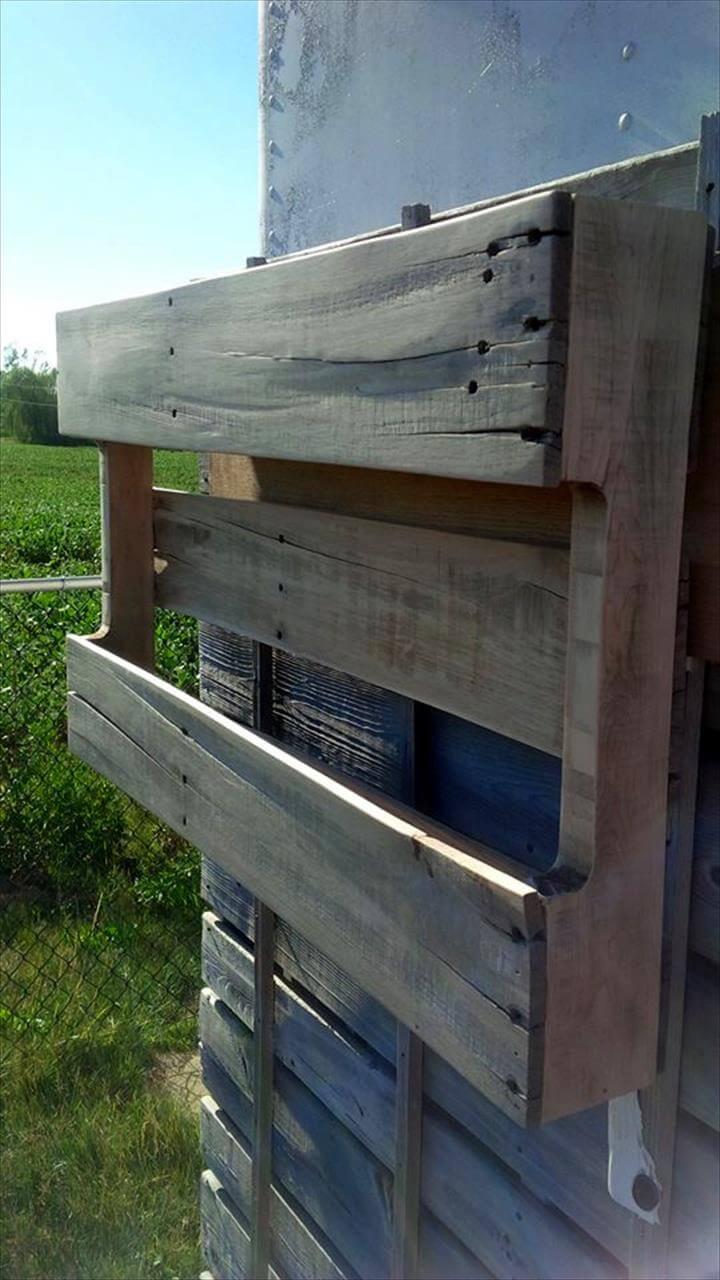 low-cost yet sturdy wooden pallet shelf