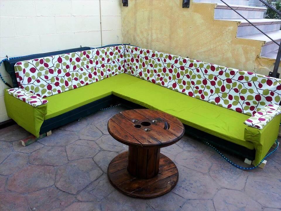 sofá seccional palet terraza de madera y mesa de centro del carrete de edad