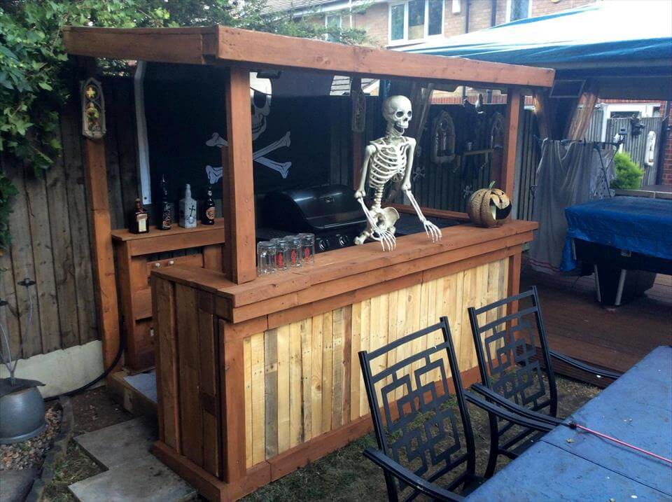 Pallet halloween bar organize your home for halloween decor for Wooden bar design