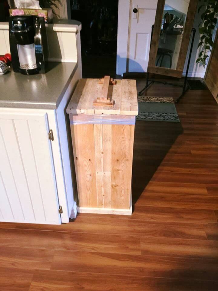 Diy wood pallet trash bin 101 pallet ideas for Diy dustbin ideas