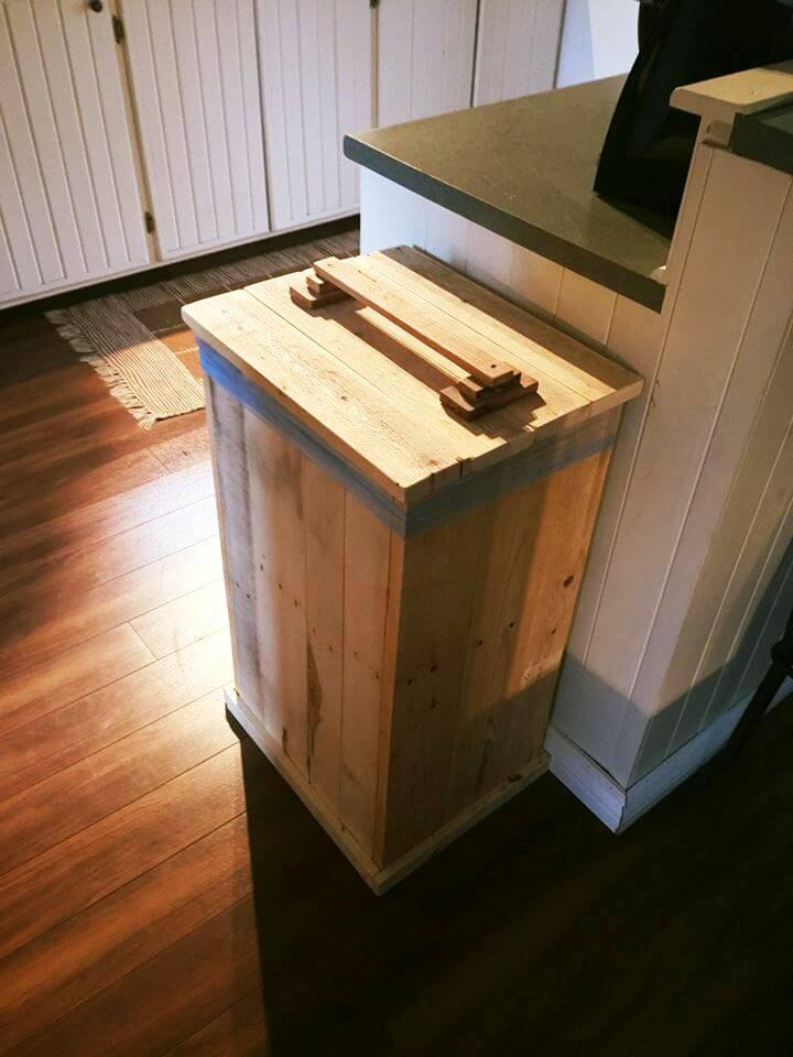 Diy wood pallet trash bin for Diy dustbin ideas