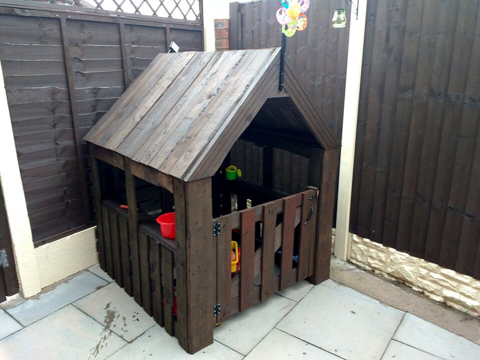 Pallet playhouse fencing for baby for How to build a playhouse out of pallets