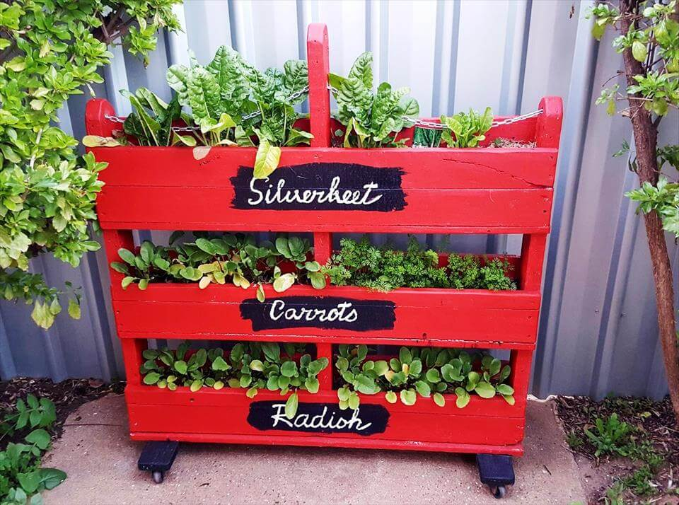 DIY Vertical Pallet Vegetable Garden on Wheels
