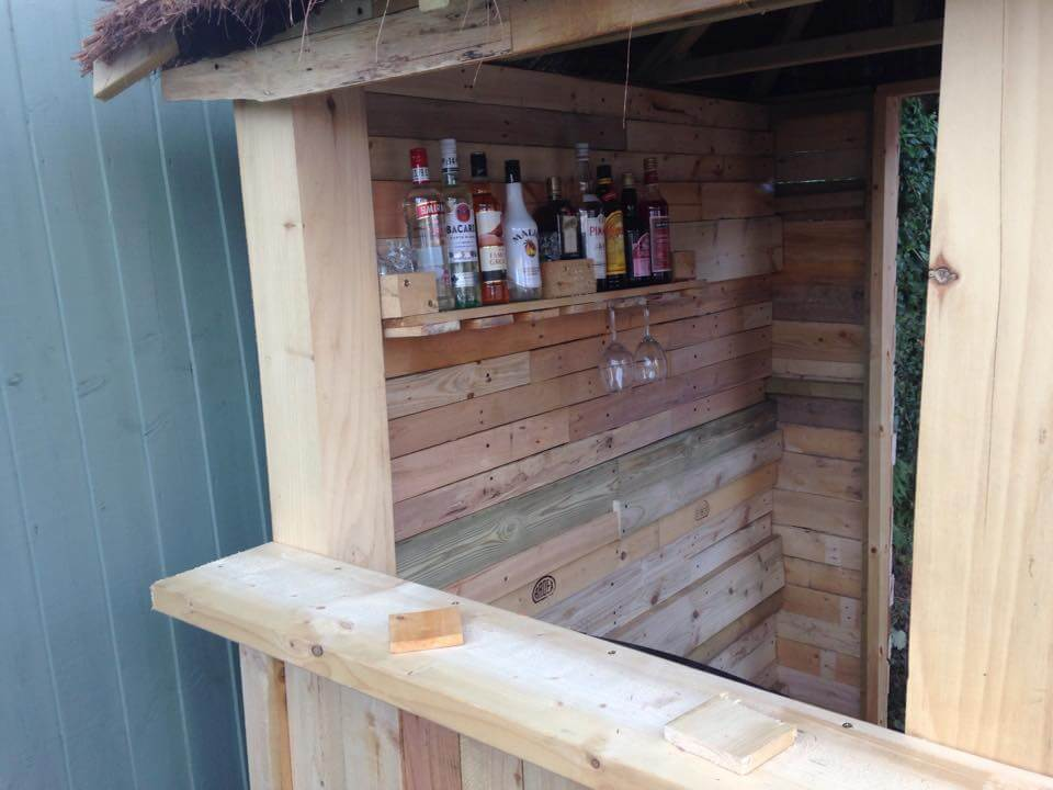 DIY Outdoor Pallet Bar with Pyramid Style Roof - 101 ...