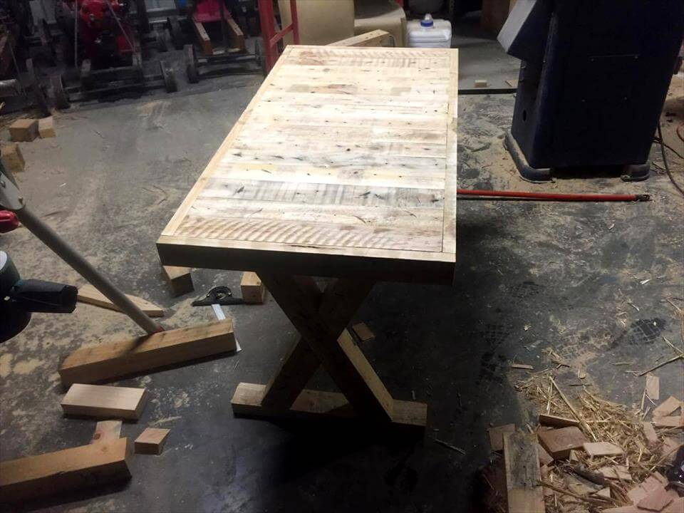 Art Style Pallet Table And Wall Clock 101 Pallet Ideas