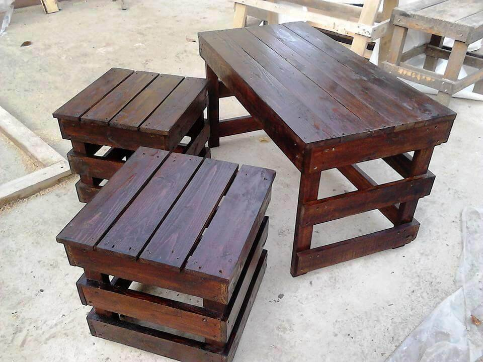 Pallet coffee table with side tables 101 pallet ideas for Pallet end table