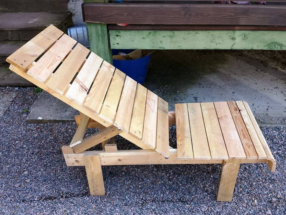 Lounge Pallet Chair and Table